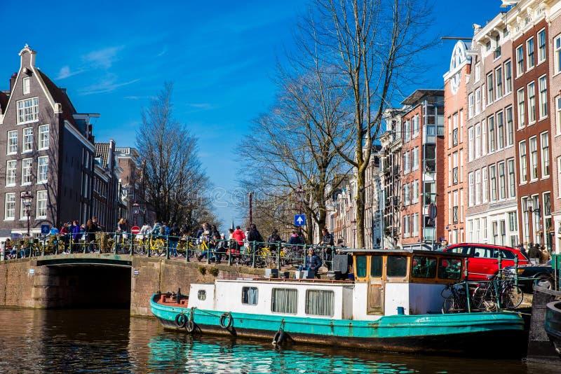 Kanaler, fartyg och härlig arkitektur på det gamla centrala området i Amsterdam royaltyfri fotografi