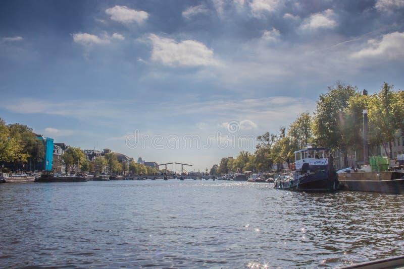 Kanaler från Amsterdam, Nederländerna från vatten royaltyfria foton