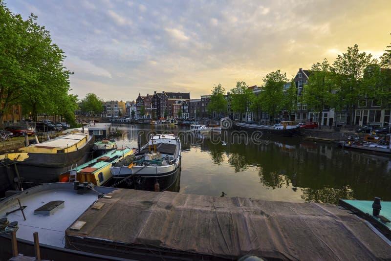 Kanaler i Amsterdam, Nederländerna arkivbilder