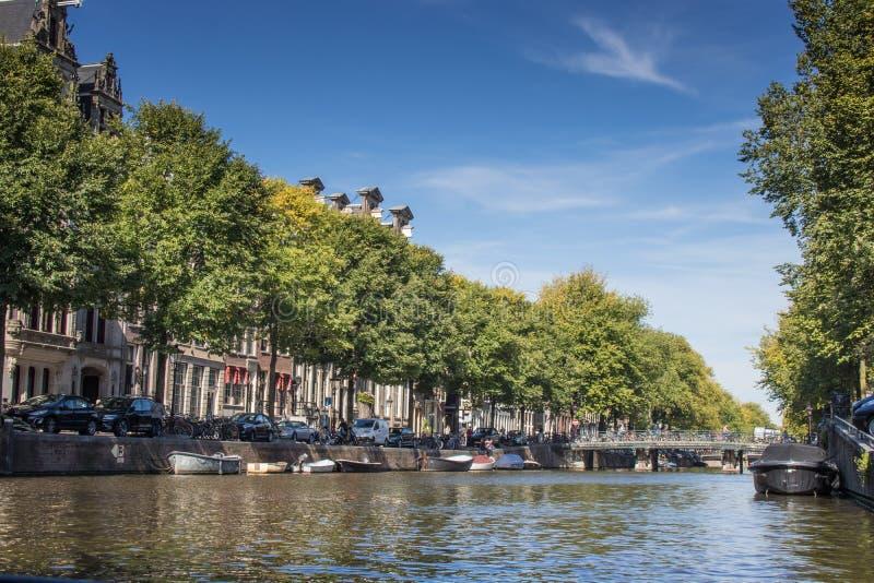 Kanaler i Amsterdam Nederländerna från vatten arkivbilder