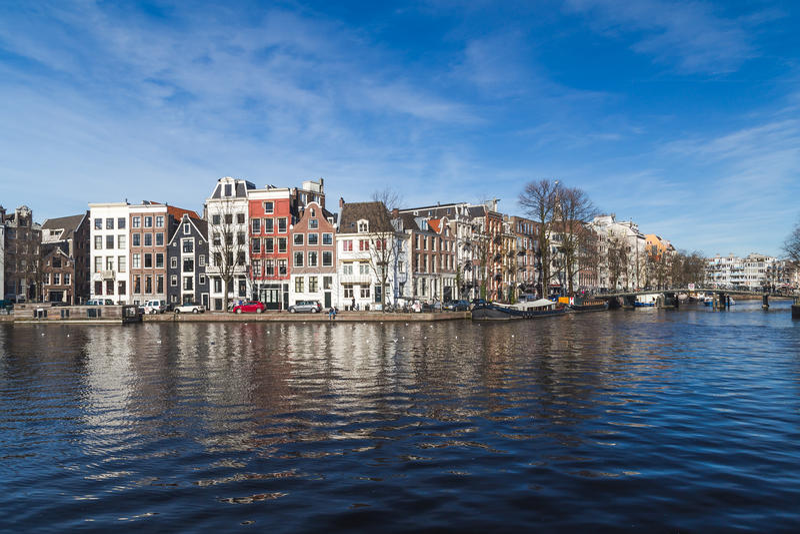 Kanaler i Amsterdam under dagen royaltyfri bild