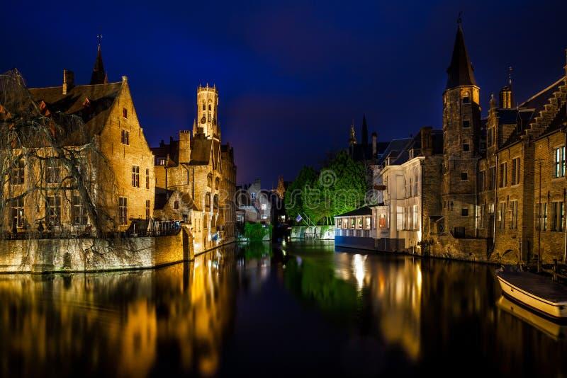 Kanaler i Bruges på natten arkivfoton