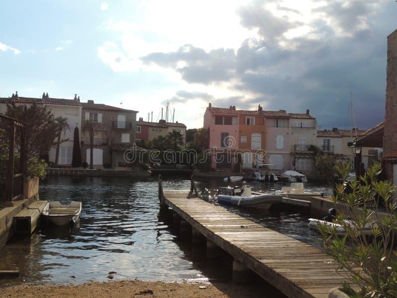 Kanaler i port Grimaud nära St Tropez, Frankrike arkivbild