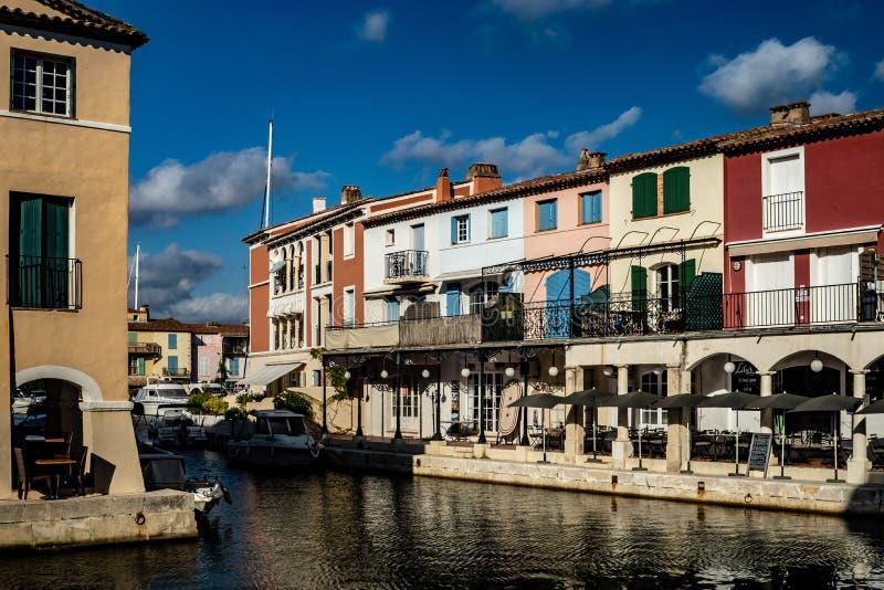 Kanaler och fartyg av den portGrimaud byn royaltyfri bild