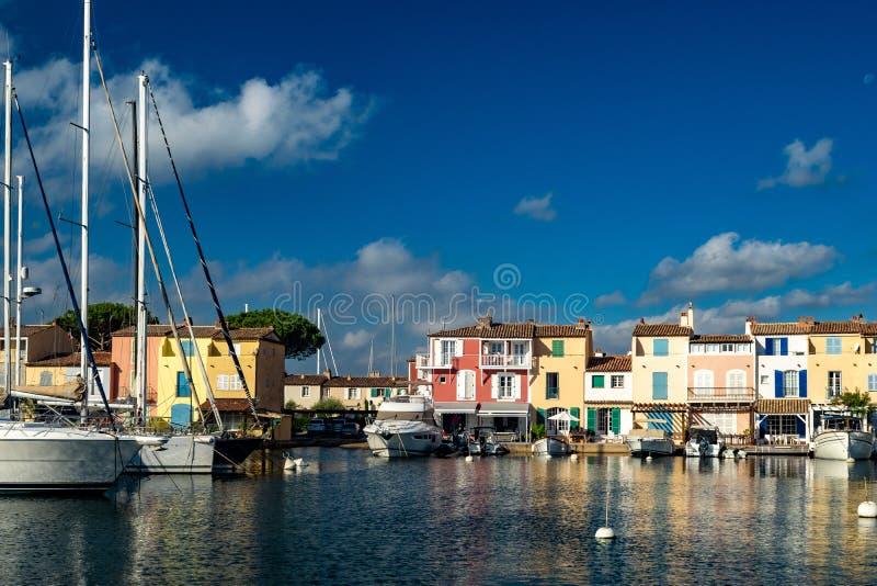 Kanaler och fartyg av den portGrimaud byn arkivbilder