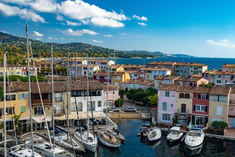 Kanaler och fartyg av den portGrimaud byn royaltyfri foto