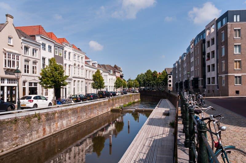 Kanaler och traditionella holländska arkitekturhus i den historiska staden Den Bosch royaltyfri fotografi