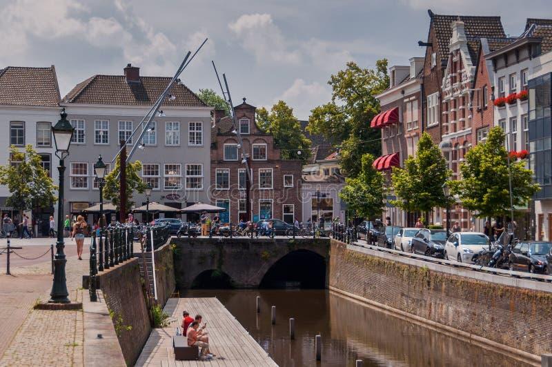 Kanaler och traditionella holländska arkitekturhus i den historiska staden Den Bosch arkivfoto