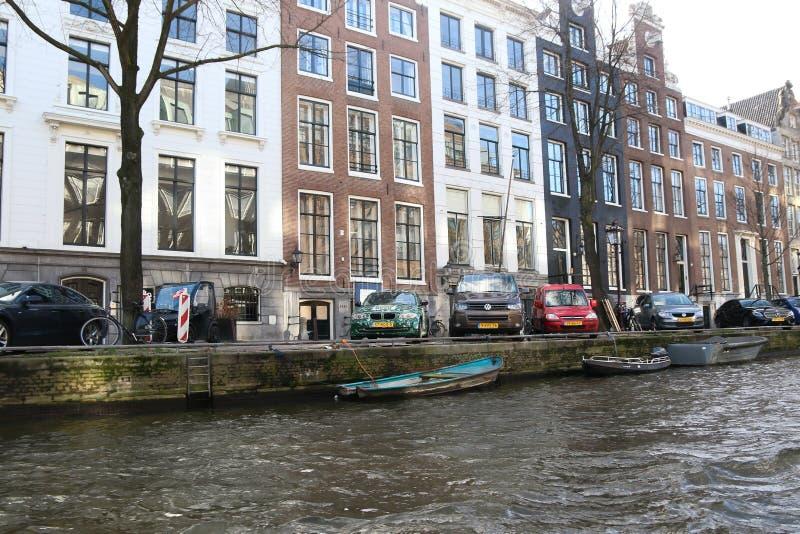 Kanalerna av Amsterdam, med historiska byggnader och fartyg royaltyfri foto
