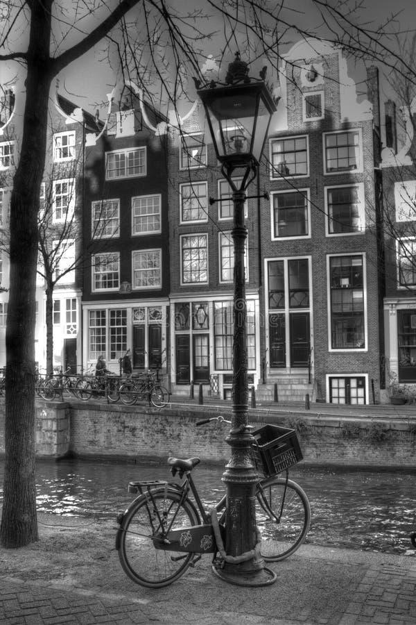 Kanalgata med lampstolpen i Amsterdam Nederländerna HDR arkivfoto
