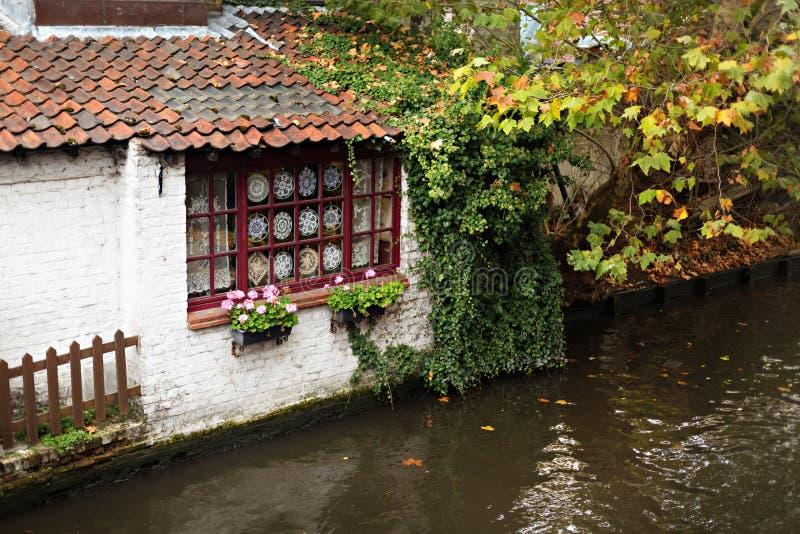 Kanalhus och gator av Bruges i höst arkivfoto