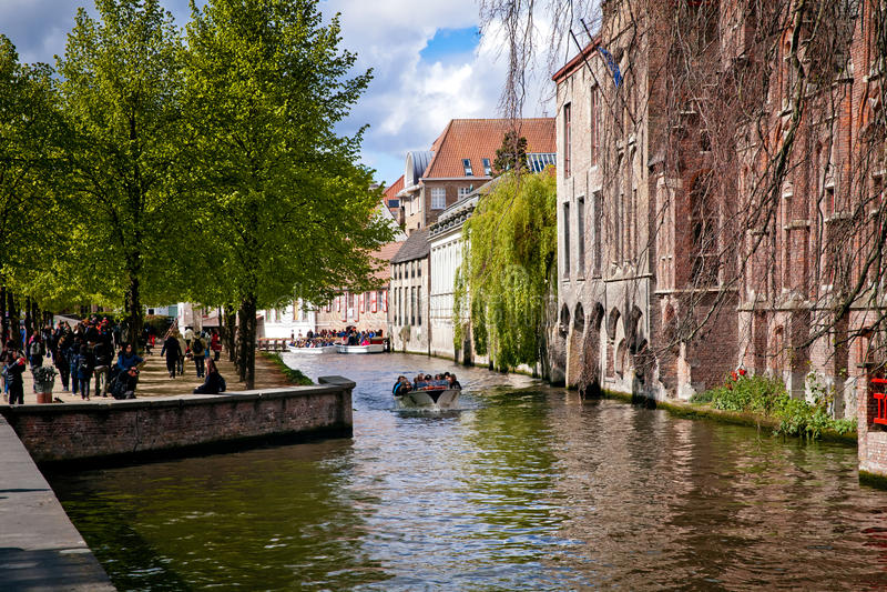 Kanalkryssning för litet fartyg i den Brugge staden, Belgien arkivfoton