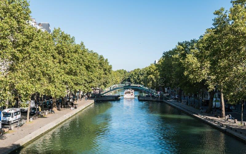Kanalpassagerarefartyg på kanalen St Martin, Paris royaltyfria foton