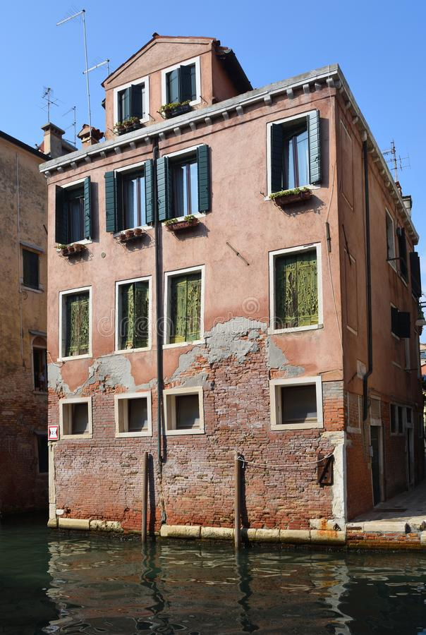 Kanalseitenhaus im ruhigeren Bereich von Venedig lizenzfreie stockfotos