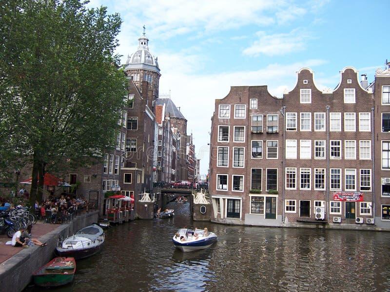 Kanalsikt från bron på Amsterdam huvudsakliga gata royaltyfri foto
