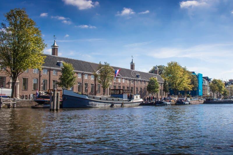 Kanalsikt i Amsterdam Nederländerna royaltyfria bilder