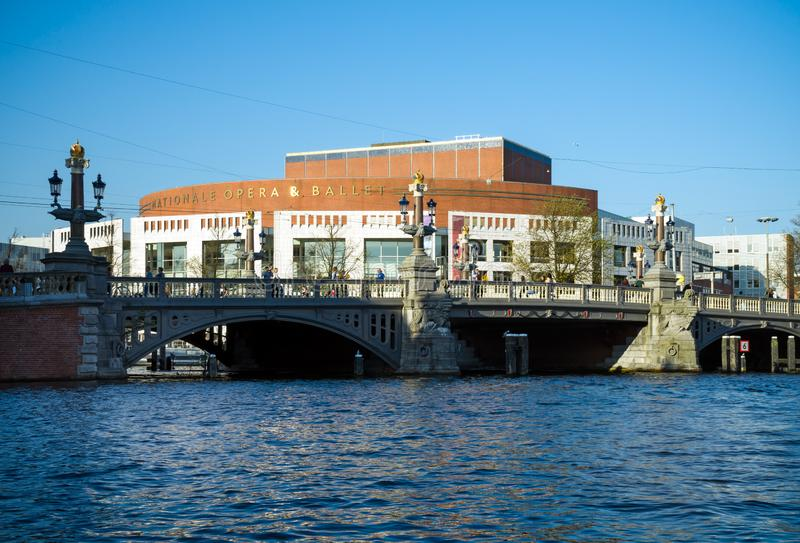 Kanalsikt på den nationella opera- och balettteatern i Amsterdam, Nederländerna, Oktober 14, 2017 royaltyfria bilder