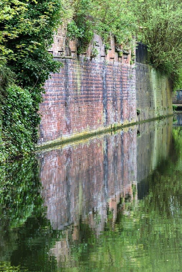 Kanalwandreflexion stockfotografie