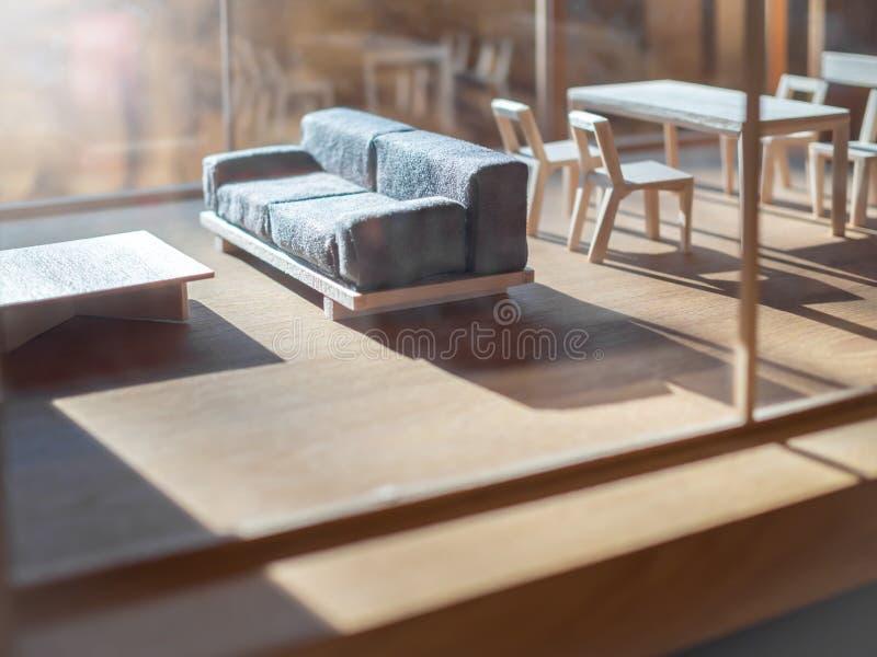Kanapa i drewniany stołu set w żywym izbowym balsowym drewnie modelujemy obrazy royalty free