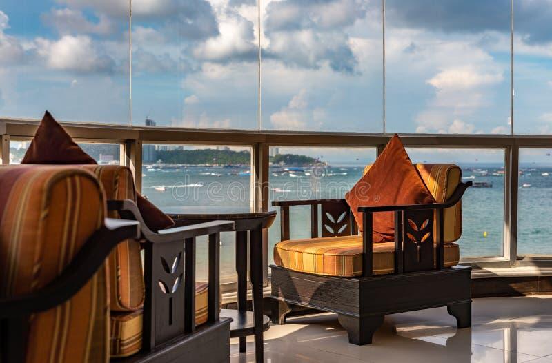 Kanapa przy szklanym okno z seascape obrazy royalty free