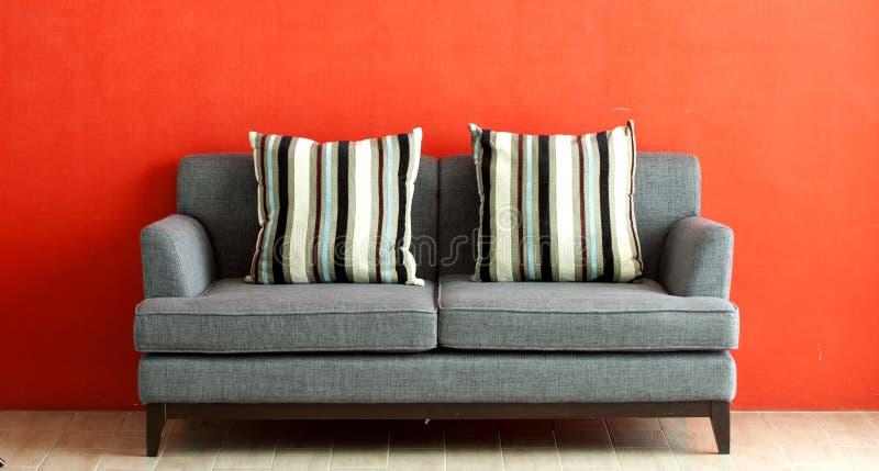 kanapa szary stawiający czerwony stiuk fotografia stock