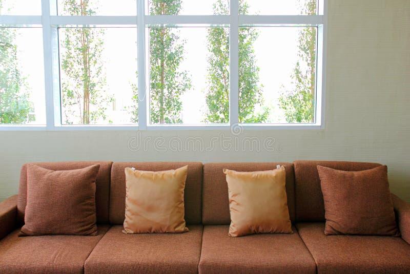 Kanapa w żywym pokoju z rośliną na zewnątrz okno zdjęcie royalty free