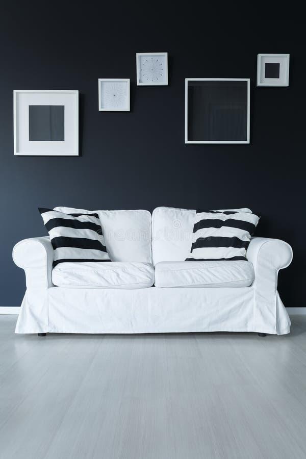 Kanapa z poduszkami i ramami fotografia royalty free