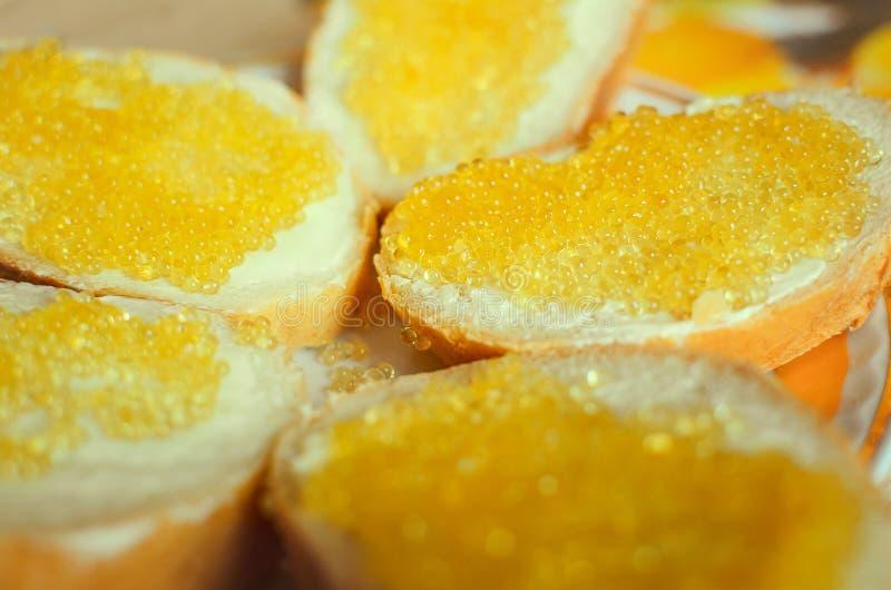 Kanapka chleba, masła i szczupaka kawior, Zakończenie fotografia stock