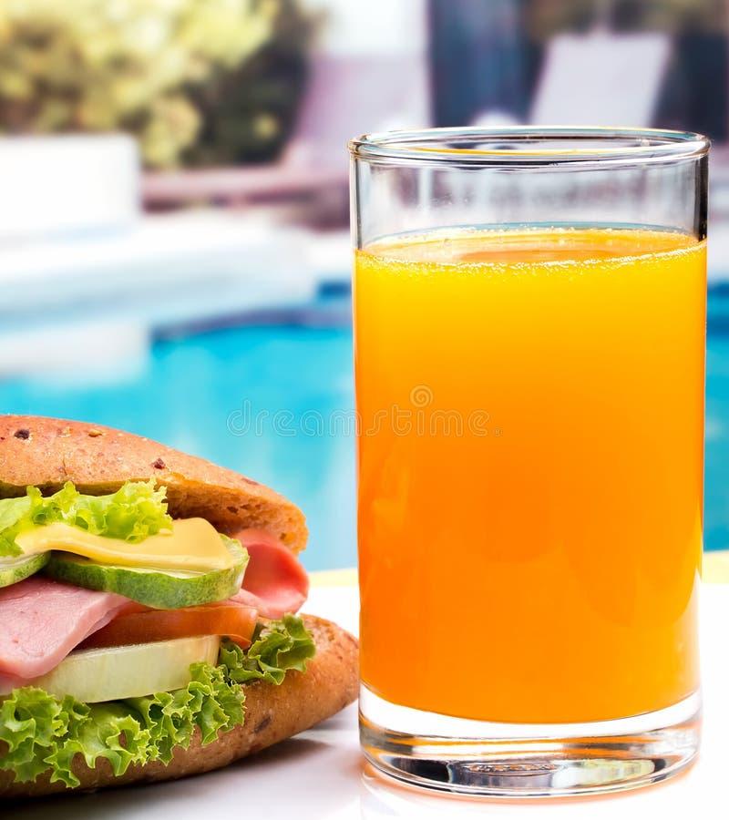 Kanapka I sok Wskazujemy Pomarańczowego napój I cheddara zdjęcia stock
