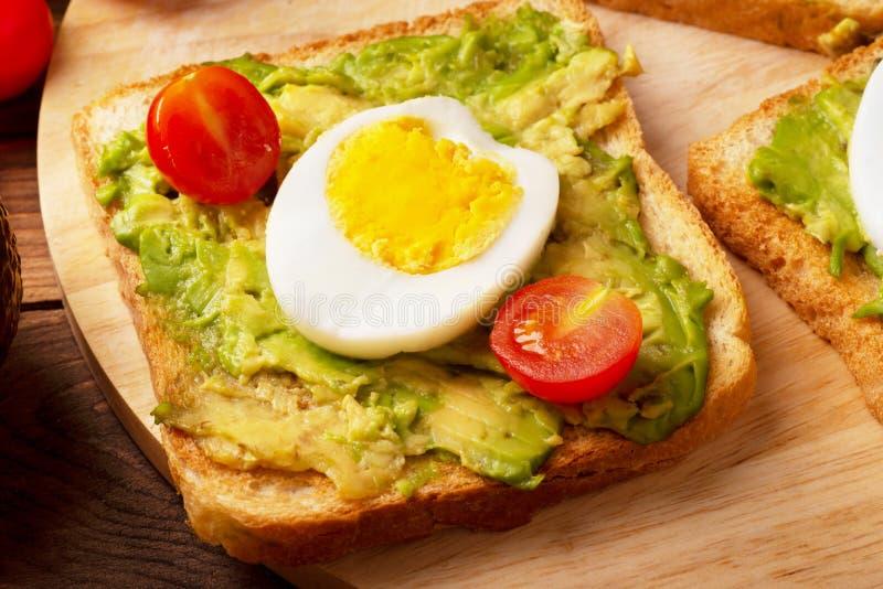 Kanapka z avocado i kłusującymi jajkami obraz stock