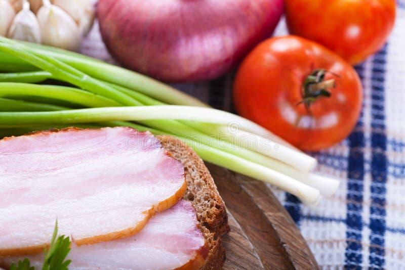 Kanapka z bekonowymi i świeżymi warzywami fotografia stock