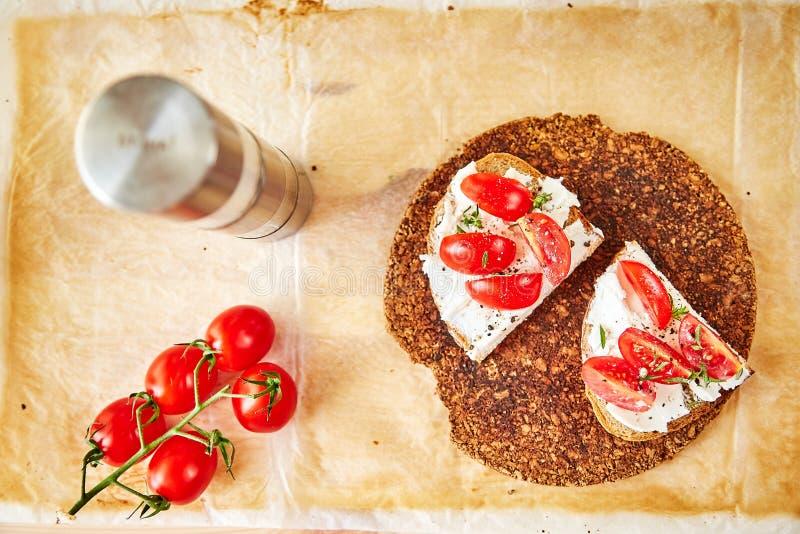 Kanapka z feta serem na wznoszącym toast chlebie obraz stock