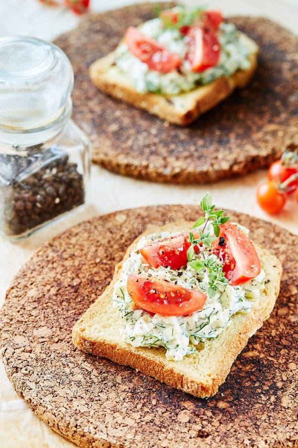 Kanapka z jajeczną pastą z macierzanką na wznoszącym toast chlebie Pomidoru koktajl o i świeżo podnosząca gałązka obrazy stock