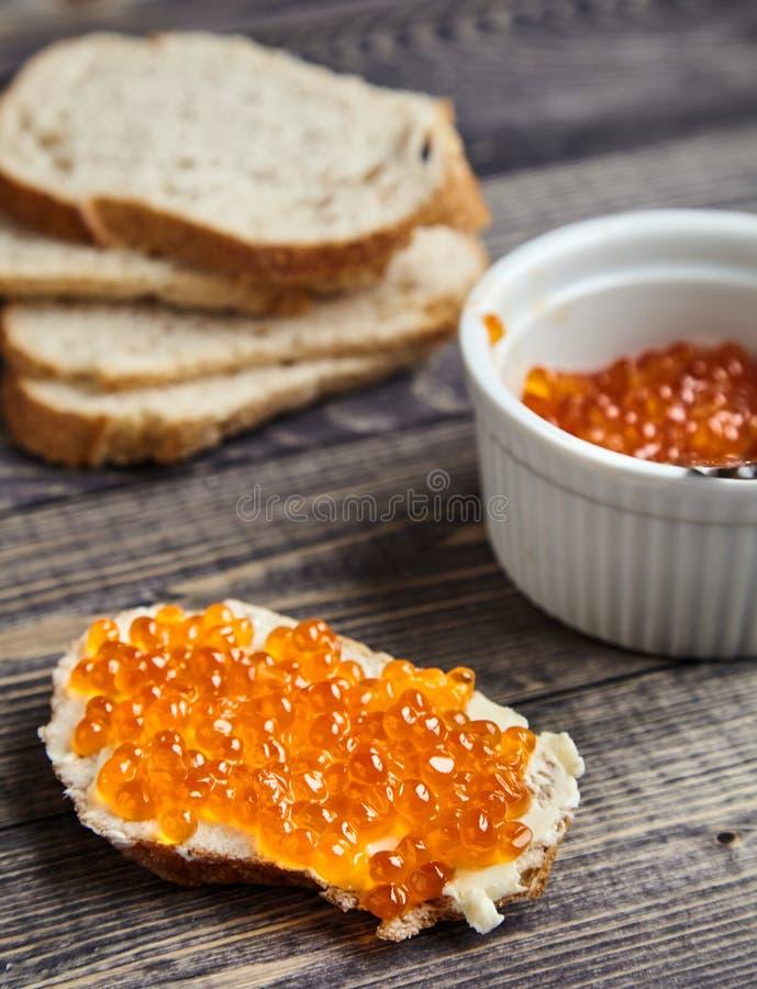 Kanapka z masła i czerwonego łososia kawiorem fotografia stock