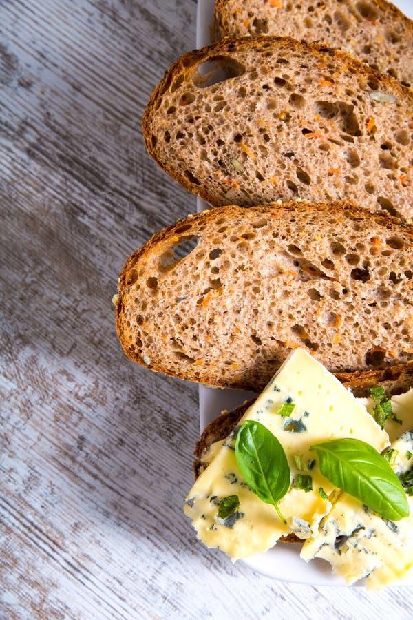Download Kanapka Z Roquefort Serem I Ciemnym Chlebem Zdjęcie Stock - Obraz złożonej z piekarnia, posiłek: 53793362