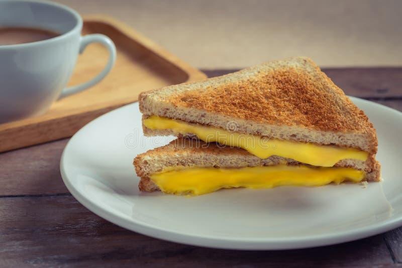 Kanapka z serami grillowanymi na talerzu i filiżance kawy zdjęcia stock