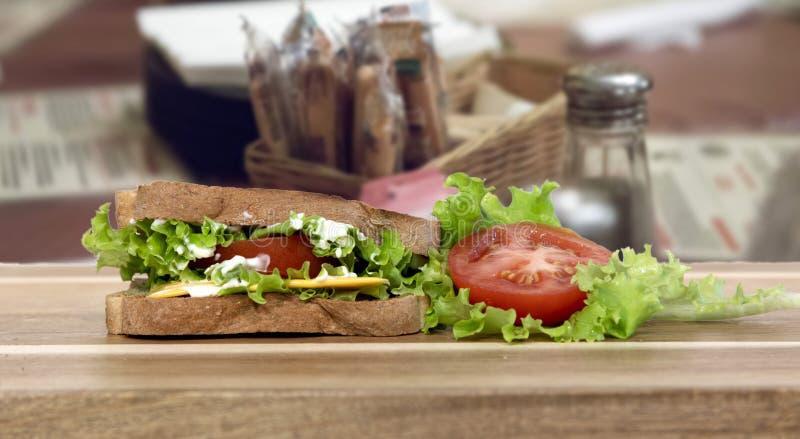Kanapka z serem z sałatą i pomidorami obraz stock