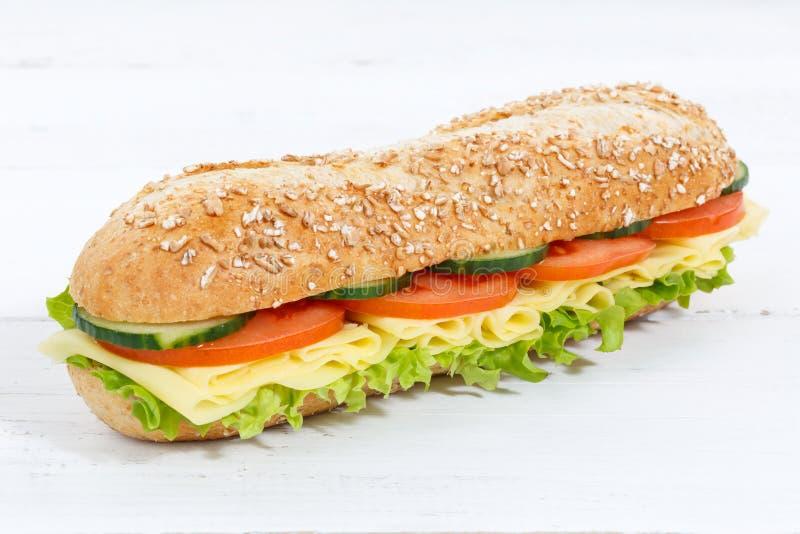 Kanapki cała adra groszkuje baguette z serem na drewnianej desce fotografia royalty free