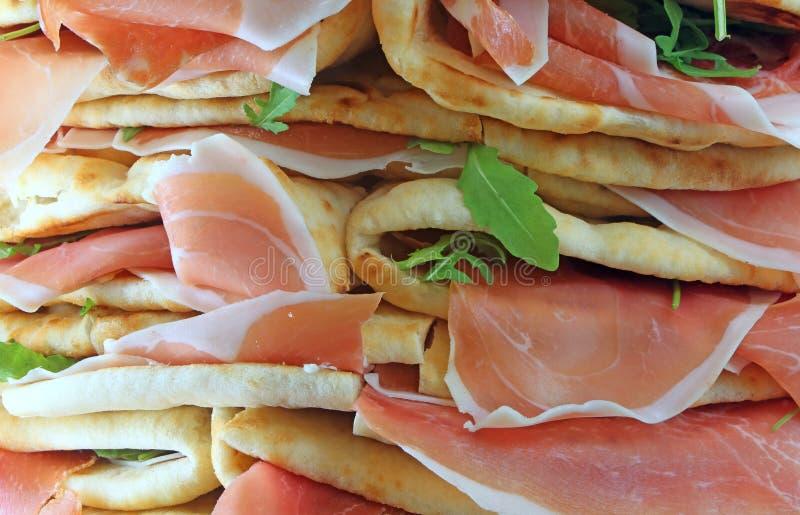 kanapki dzwonili Spianata lub Piadina w włoszczyźnie z surowym baleronem obraz royalty free