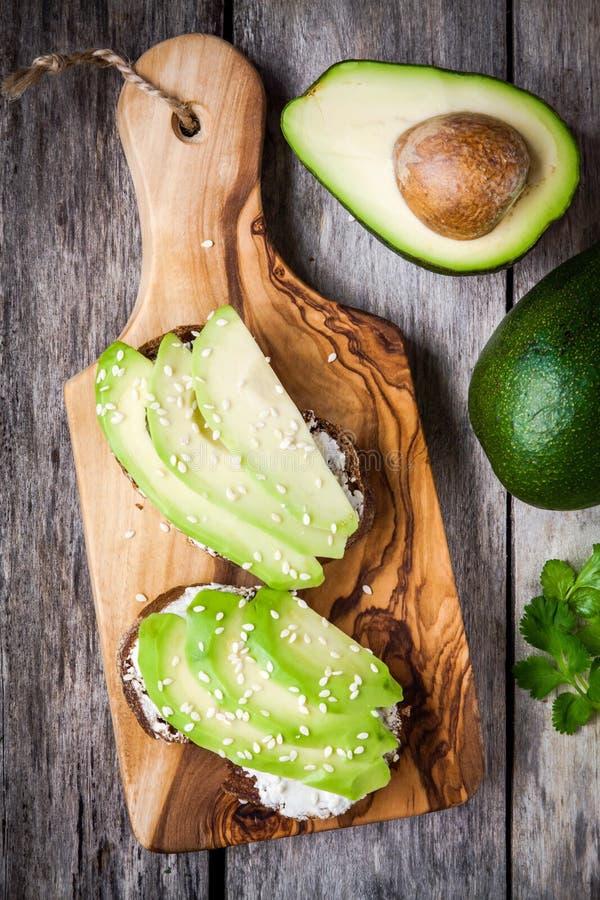 Kanapki z żyto chlebem, pokrojony avocado, sezamowi ziarna fotografia stock
