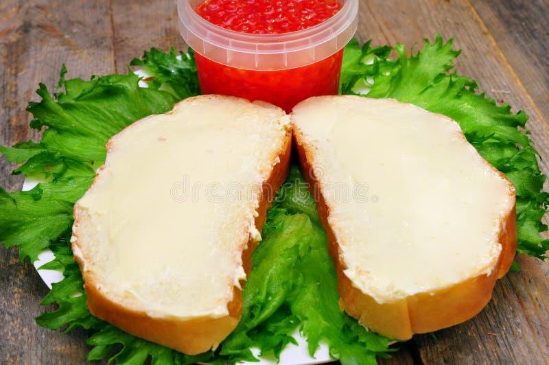 Kanapki z masłem na talerzu zdjęcia stock