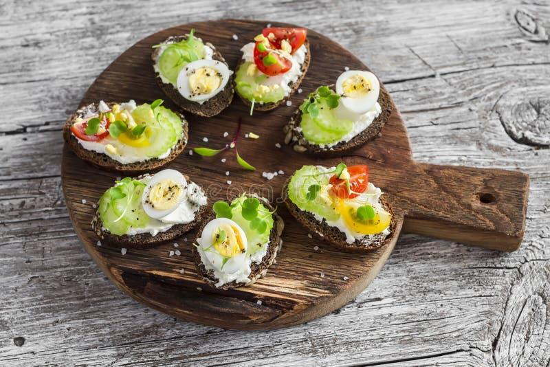 Kanapki z miękkim serem, przepiórek jajkami, czereśniowymi pomidorami i selerem, obrazy royalty free