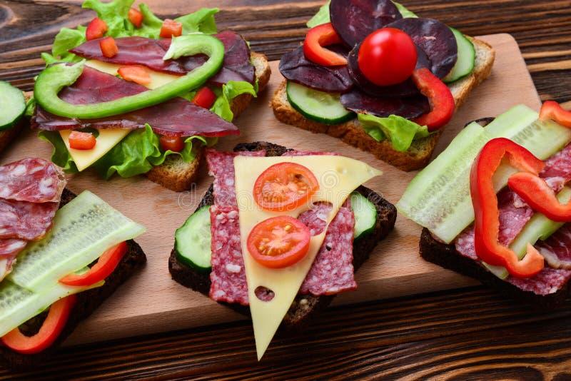 Kanapki z różnym mięsem i warzywami fotografia royalty free