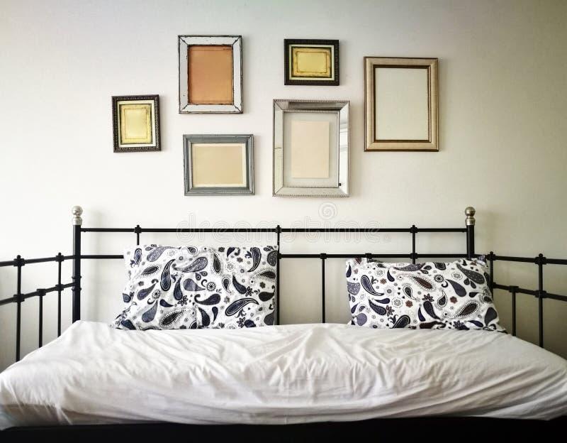 Kanapy łóżko w żywym pokoju obrazy royalty free