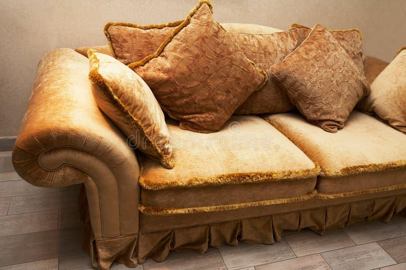kanapy miękkie poduszki zdjęcie royalty free