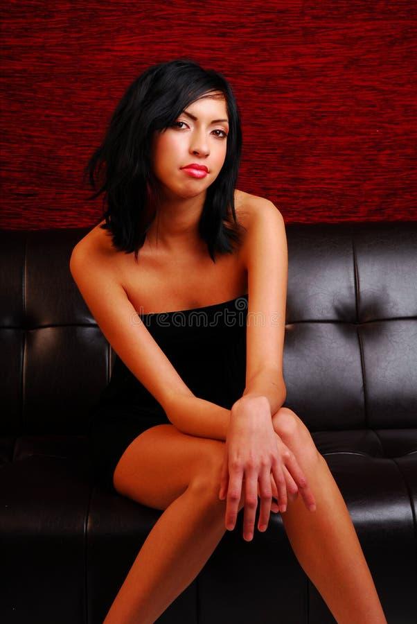 kanapy siedząca latynoska atrakcyjnej kobiety fotografia stock
