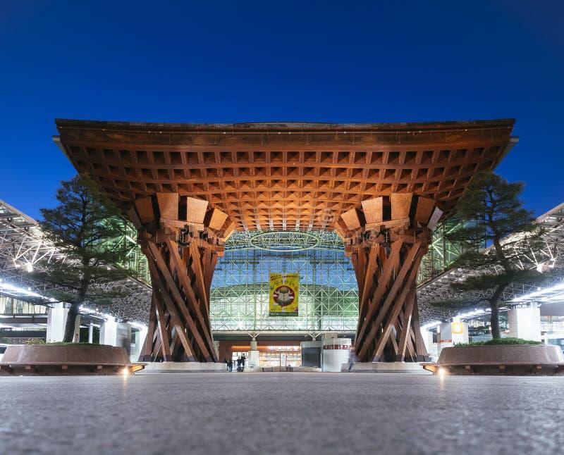 KANAZAWA, JAPÓN - 13 DE ABRIL DE 2017: Puerta Landmerk Japón de Tsuzumi de la estación de Kanazawa fotos de archivo libres de regalías