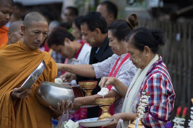 Kanchanaburi Ταϊλάνδη: february25,2019: ταϊλανδικός χωρικός στο δυτικό έδαφος περιοχής buri sangkhla της Ταϊλάνδης που προσφέρει  στοκ εικόνες