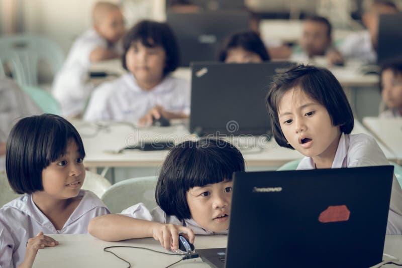 KANCHANABURI ΤΑΪΛΑΝΔΗ - 11 ΙΟΥΛΊΟΥ: Μη αναγνωρισμένη μελέτη σπουδαστών κοντά στοκ φωτογραφίες με δικαίωμα ελεύθερης χρήσης