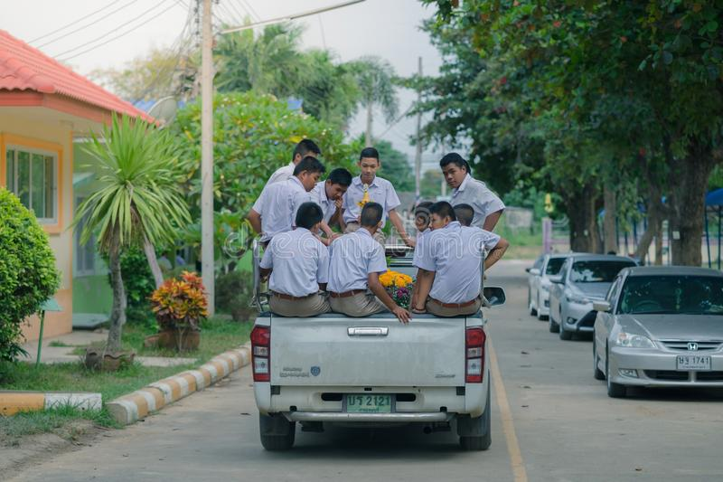 KANCHANABURI ΤΑΪΛΑΝΔΗ - 26 ΙΟΥΛΊΟΥ: Οι σπουδαστές κάθονται στην πλάτη στοκ εικόνα